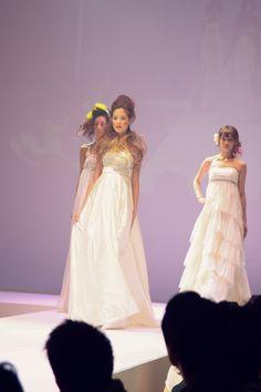 アーネラクロージング ドレスショー  「品のよく花嫁を引き立てる大人のビジュードレス」  うっとり見とれてしまうような天使の羽をイメージした胸元の繊細なビーディングが圧倒的な存在感を放つ一着。 ふんわり広がるハイウェストで愛らしく装って。