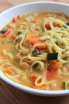 Thai soup with red curry and coconut milk with rice noodles Slow Cooker Recipes, Soup Recipes, Cooking Recipes, Healthy Recipes, Best Indian Recipes, Indian Foods, Thai Curry Recipes, Thai Soup, Vegetarian Curry