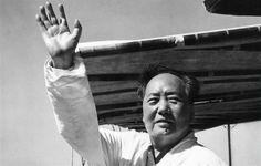 Kormidloval Čínu spletitou historií, vlastně ji sám psal. Vytvářel aliance, nezdráhal se roztržek, dokonce ani s Velkým bratrem Sovětským svazem. Plánoval čistky, plenil zemi. Příběh Mao Ce-tunga, který zemřel před 40 lety, 9. září 1976, je epopejí o spletitých moderních čínských dějinách.