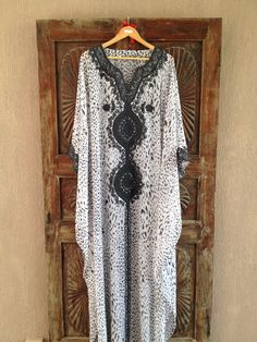 Leopard print white and charcol chiffon caftan with charcol grey embroidery on yoke and sleeves. Modest Fashion, Boho Fashion, Spring Fashion, Autumn Fashion, Silk Kaftan, Caftan Dress, Beau Hijab, Senegalese Styles, Cruise Fashion