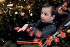 Décorez le fauteuil roulant d'une guirlande lumineuse (il en existe à piles – DV730) + un câble de montage + un contacteur.