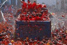 """FESTIVALUL LA TOMATINA 🍅🍅🍅 La Tomatina este unul din cele mai populare festivaluri din Spania, care are loc in ultima miercuri din August, in fiecare an, in orasul Buñol langa Valencia. Mii de oameni sosesc din toate colturile lumii pentru a experimenta """"Cea mai mare bataie cu mancare din lume' in care mai mult de o suta de tone de rosii foarte coapte sunt aruncate pe strazi. 👉 Va recomandam sa va programati excursia in zona Buñol (Valencia) in asa fel incat sa nu ratati acest festival… Unic, Events, Painting, Food, Painting Art, Essen, Paintings, Meals, Painted Canvas"""