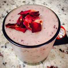 Romantic pink berries smoothie!!☯ blueberries, blackberries, banana, homemade almond milk, ginger and raspberries topped with a gorgeous edible rose petals. A delight for the soul