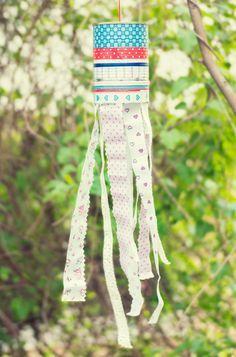 Was flattert denn da? Schöne Windspiele! Aus bunten Bändern werden zauberhafte Windspiele für Garten oder Balkon #Bastelanleitung auf #arskreativ #DIY