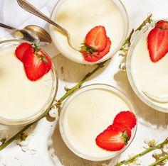 Härlig pannacotta i ett riktigt somrigt recept med flädersaft. Servera gärna med färska jordgubbar för ännu mera sommar! Pannacotta är väldigt lätt att göra, och ändå blir det så gott och uppskattat. Fika, Panna Cotta, Ethnic Recipes, Desserts, Twists, Tailgate Desserts, Chunky Twists, Dulce De Leche, Deserts