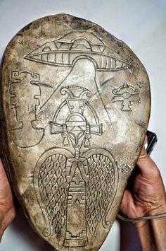 Un casco con forma de cabeza Alíen, escenas grabadas en piedra, tablillas de oro y plata, en las que se pueden reconocer detalles grabados de lo que parecen ser astronautas viajando en naves espaciales junto con otras naves. También se puede observar cometas y planeta.
