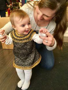 Ez a csinos kis ruhácsaka Scheepjes Stone Washed fonalból készült. Egy kedves vevőnk kötötte kislányának. 😍 Ajánljuk azok figyelmébe, akik nem nem feltétlen hívei a rózsaszín babaholmiknak. Washi, Crochet Necklace, Stone, Rock, Stones, Batu