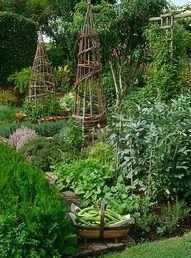 Camuflar cosas de madera o hierro por el jardín, como esta estructura de indios.