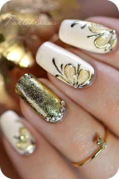 Veamos paso a paso un lindo diseño de uñas estilo oro antiguo de gel de aluminio, con aplicaciones de strass, de la página francesa Tartofr...