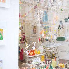 Unsere Auslage... selbstverständlich passend zum Thema >Die Osterhasen sind los!< 🐰🐰🐰 #die_buntique #diebuntique #store #handmade #design #colorful #madeinvienna #vonhandmitherz #ostern #eier #hase #frühling #schaufenster #shoplocal #kirchengasse26 #vienna