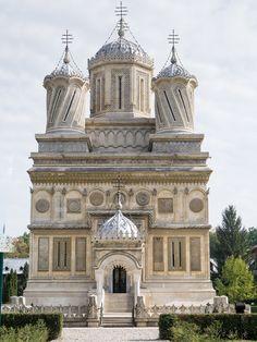 The Curtea de Argeş Cathedral - Romania Sacred Architecture, Church Architecture, Religious Architecture, Beautiful Architecture, Beautiful Buildings, Les Balkans, Visit Romania, Romania Travel, Take Me To Church