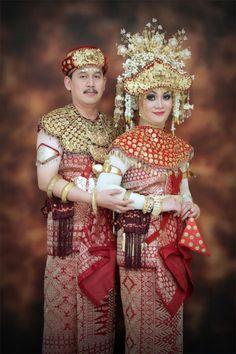 pengantin-palembang Indonesian Wedding, Palembang, Kebaya, Harajuku, Beautiful People, Culture, Costumes, Couples, Wedding Dresses