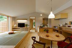 緑豊かな景色の中に佇む、軒の深いお家。 無駄なくコンパクトな間取りの中に、心地よい空間があります。 造作キッチンや壁一面の本棚は、暮らしにあわせてシンプルに。 経年変化の美しい素材と、とっておきの家具たちで、住むほどに愛着のわく平屋です。 Living Room And Dining Room Design, Living Room Wall Units, My Living Room, Home And Living, Japanese Style House, Japanese Interior Design, Japanese Home Decor, 80s Interior Design, Home Office Design