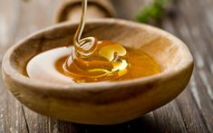 DIY Itchy Scalp Shampoo with Honey & Tea Tree Oil Itchy scalp is annoying and embarrassing! There are a number of things that cause a dry, itchy scalp, such as fungal infect. Dry Cough Remedies, Home Remedies, Natural Remedies, Herbal Remedies, Shampoo For Itchy Scalp, Diy Shampoo, 17 Day Diet, Honey Benefits, Health Benefits