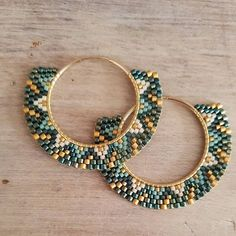 Les dernières de la journée ! Elles me plaisent bien aussi! Tons de vert et or plus crème !. #miyukibeads #miyukiaddict #tissagedeperles #earrings #cestmoiquilaifait #bouclesdoreilles #delicas11 #delicas10 #beadjewelry