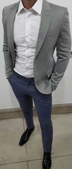 If you are in the market for brand new men's fashion suits, there are a lot of things that you will want to keep in mind to choose the right suits for yourself. Below, we will be going over some of the key tips for buying the best men's fashion suits. Mode Masculine, Mode Outfits, Casual Outfits, Fashion Outfits, Fashion Shoes, Fashion Clothes, Casual Dresses, Casual Blazer, Mens Fashion Suits