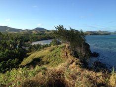 Von dem Aussichtspunkt in der Nähe des Resorts hat man eine wunderschöne Aussicht auf die Umgebung. Fiji, Travel Pictures, Mountains, Water, Outdoor, Small Bungalow, Small Island, Snorkeling, Travel Photos
