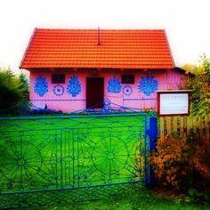 #poland #zalipie #trip #travel #eurotrip #window #door #ひとり旅 #ザリピエ #ポーランド 花柄模様のおうちで有名なザリピエ村のミュージアムで、元々はFelicja Curyłowa(フェリチア・ツリウォーバ)という女性のお宅だったそうです。青い門扉もかわいい♩