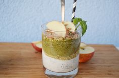 Dir fehlt das gewisse Etwas im Müsli? Dann versuch mal diese fruchtig-leckere Versuchung: Green-Smoothie meets Chia-Quark. Sättigt lange und schmeckt unglaublich gut. Zutaten für 2 Gläser : 2 Handv…