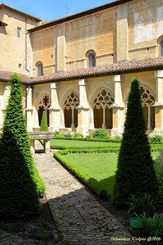 Fondée en 1115, il subsiste de cette époque l'église abbatiale, la sacristie, et la base romane des bâtiments conventuels.En 1119, la jeune abbaye de Cadouin devient cistercienne dans la filiation de l'abbaye de Pontigny, qui est elle-même l'une des quatre filles de Citeaux. Onzième abbaye rattachée à l'ordre, elle en suivra désormais la règle. Le Cloître gothique flamboyant date de la fin du XVe. L'activité monastique de Cadouin s'est interrompue en 1790 lors de la révolution.Celui qui…