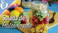Blog: http://EmagrecerCerto.com Nesse vídeo eu mostro como eu faço a minha salada de frutas tradicional que é leve e refrescante. Ensino também algumas dicas...
