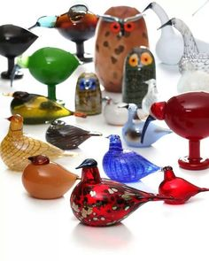 glass birds by Oiva Toikka - good for kids' rooms (and will 'grow' with them). I think the owls are particularly attractive to kids. Scandinavian Art, Glass Ceramic, Glass Birds, Marimekko, Diy Arts And Crafts, Antique Glass, Glass Design, Bird Art, Glass Ornaments