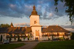 Turnul clopotniță, Mănăstirea Neamț - vedere din exteriorul mănăstirii; Clopotnita manastirii a fost construita în trei etape: prima etapa, parterul, de la Alexandru cel Bun (1407); după 1540 etajul, iar între anii 1819 – 1821 spațiul superior al clopotelor