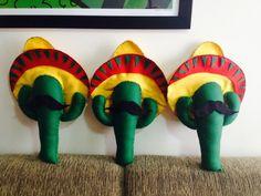 Lindo Cacto com chapéu mexicano e bigode! Confeccionado em feltro, mede cerca de 45cm x 25cm. Perfeitos para decorar festas mexicanas! Valor unitário. R$ 30,00