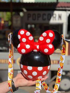 The New Minnie Balloon Popcorn Bucket Has Landed In Disneyland! The New Minnie Balloon Popcorn Bucket Has Landed In Disneyland! Minnie Mouse Balloons, Red Minnie Mouse, Disney Desserts, Disney Snacks, Disney Popcorn Bucket, Comida Disney, Christmas Popcorn, Disney Ears Headband, Disney Parque