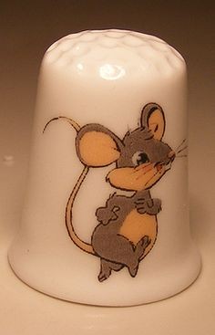 Mouse walking porcelain thimble - Speelgoedenverzamelshop.nl