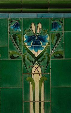 Emerald Green tile design spanning elements of both Art Nouveau and Art Deco styles. Motifs Art Nouveau, Azulejos Art Nouveau, Design Art Nouveau, Moda Art Deco, Escalier Design, Jugendstil Design, Modernisme, Art Nouveau Tiles, Inspiration Art