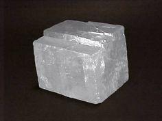 Calcita. Mineral composto por carbonato de cálcio - CaCO3 .  Amostra do município de Adrianópolis, nordeste do Estado do Paraná. Geologia na Escola - Mostruário - Serviço Geológico do Paraná - Mineropar