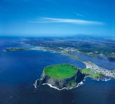 Jeju is a beautiful island that often appears in K-dramas. Jeju island identic with romantic scenery. Here are 6 of our recommended spots on Jeju Island Isla Jeju, Beautiful Islands, Beautiful Places, Beautiful Scenery, Seoul, 7 Natural Wonders, Beau Site, South Korea Travel, Awesome