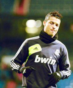 Veja tudo sobre o estilo dos cabelos de Cristiano Ronaldo, o corte que o atleta usa e como cuida dos seus cabelos! http://salaovirtual.org/cabelos-cristiano-ronaldo/ #cortes #celebridades #cr7 #salaovirtual