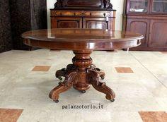Epoca: Ottocento  Tavolo ovale allungabile a piede centrale finemente intagliato. 128 x 145 h 78 cm. n. 5 tavole di allungo da 47 cm.