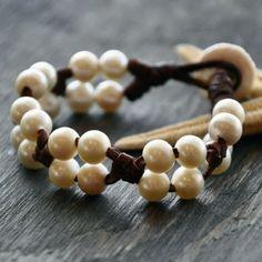 Artículos similares a Cuero y perlas pulsera náufrago en Etsy Más