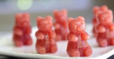 Who wouldn& love these adorable gummy fruit snacks! Made with real strawberries - this is a great alternative to store-bought! Gummy Fruit Snacks, Lunch Snacks, Lunch Box, School Snacks, Lunches, Homemade Gummy Bears, Homemade Candies, Homemade Chocolates, Whats Up Moms