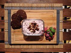 Svěží malinový dezert s čokoládovo-oříškovými cookies - vegetariánský recept Under Construction