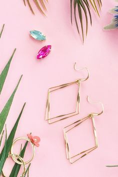 Easy DIY Gold Diamond Frame Earrings on Maritza Lisa - Make your own statement jewelery in minutes! Click through for the tutorial! Diy Clothes Projects, Diy Jewelry Projects, Diy Projects, Gold Diy, Charms, Armband Diy, Diy Mode, Diy Fashion Accessories, Diy Rings