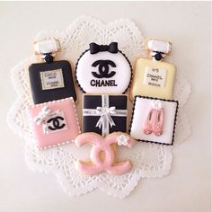 ♡ so baby come light me up and maybe i'll let you on it ♡ Fancy Cookies, Cute Cookies, Royal Icing Cookies, Sugar Cookies, Logo Cookies, Chanel Party, Chanel Birthday Party, 60 Birthday, Chanel Cookies
