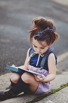 ¿Por qué está ella leyendo sus estudios con seriedad?