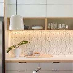 Figuras geométricas nos azulejos, linhas retas, prateleiras abertas, e tons de cinza e branco fazendo deste projeto moderno e contemporâneo simultaneamente. Projeto: Space Craft Joinery #azulejos #modernstyle