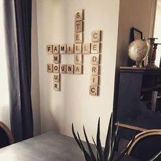 DIY lettres Scrabble déco bois #diy #scrabble #scrabbleframe #maisondumonde #bois #faitmaison #homedecor #homedesign #homesweethome #homedecoration #scrabblemural #livingroom #livingroomdecor