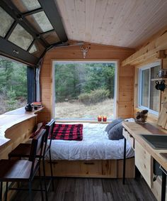 Have you spent a few nights in a tiny house on wheels yet to see what it's like? That's why I've collected these 33 tiny house vacations you can book now! Best Tiny House, Tiny House Plans, Tiny House On Wheels, Building A Tiny House, Tiny House Living, Rv Living, Living In A Shed, Tiny House Bedroom, Bedroom Nook