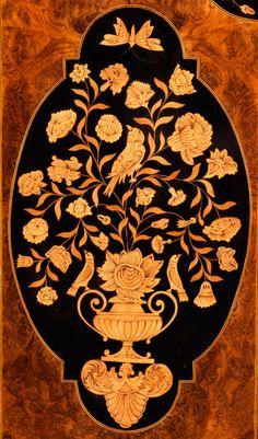 ...Большой, богатый интарсии верхней мебели Рост: 240 см .  Ширина: 186 см.  Глубина 64 см.  Англия, 18 век. Структура дуба, шпонированные грецкого ореха со вставками из клена и зажигательной затененных, цветочные маркетри перед ebonized Fond. В пяти balusterförmigen ногах это на gehalsten, раздавленных мяч ногами. Ноги с фигурными полотна соединены вместе в передней части и по бокам. Задний мост прямо и изогнутая рама. Основание с четырьмя ящиками. В двухдверного шкафа сверху с изогнутыми