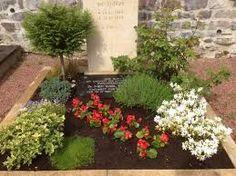 Bildergebnis für grabgestaltung Garden Landscaping, Diy And Crafts, Landscape, Plants, Grief, Funeral Flowers, All Saints Day, Diy, Pictures