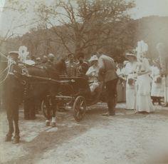 Empress Alexandra Feodorovna numa carruagem aberta puxada a cavalo, e suas filhas as Grand Duchesses Tatiana Nikolaevna, Marie Nikolaevna, Olga Nikolaevna e Anastasia Nikolaevna, a direita da foto, na Crimeia, em 1914.