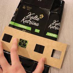 """Ruutupunontaa sanoo Instagramissa: """"Ensimmäiseen ruutuun tulee kahvimarjoja mustalla taustalla. Kulta Katriinan pussit sopii täydellisesti 6x6 ruutuun, kun tekstiosat saa…"""" Kulta, Crafty Craft, Upcycle, Recycling, Lunch Box, Paper Crafts, Bags, Instagram, Paper Envelopes"""