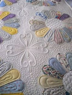 Quilting by Prairie Moon Quilts. Clover design by Judi Madsen. Gorgeous quilting changes the dresden plate totally Hand Quilting Designs, Embroidery Designs, Machine Quilting Patterns, Longarm Quilting, Free Motion Quilting, Quilt Patterns, Quilting Ideas, Quilt Designs, Patchwork Quilting