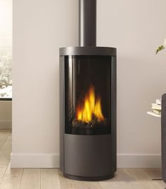 Drugasar Circo An elegant freestanding gas stove with desirable curves. Standing over 1 metre high, the Circo freestanding gas fire has a large viewing window that reveals a classic log fire with high, dramatic flames and generous warmth. Contemporary Fireplace, Propane Fireplace, Gas Fire Stove, Free Standing Gas, Small Gas Fireplace, Gas Stove, Gas Stove Fireplace, Gas Fires, Modern Fireplace